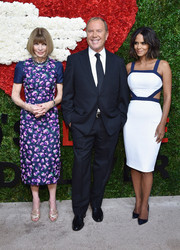 Sticking to her signature silhouette, Anna Wintour donned a lovely floral-appliqued dress by Michael Kors for the Golden Heart Awards.