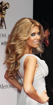 Sylvie van der Vaart wore her hair in glorious waves with a ton of added volume.