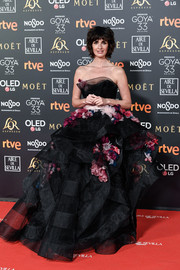 Paz Vega looked downright darling in a strapless flower-appliqued ballgown by Marchesa at the 2019 Goya Cinema Awards.