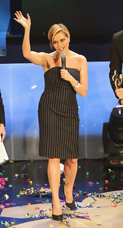 Simona Ventura was minimalist-chic in a strapless black pinstripe dress.