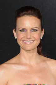 Carla Gugino wore her hair in a ponytail with a hint of a pompadour when she attended the 'Gravity' premiere.