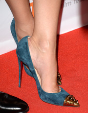 Sandra Bullock stepped out on the 'Gravity' red carpet wearing fierce teal pumps with spiked metal cap toes.