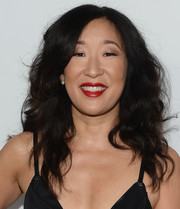 For her beauty look, Sandra Oh teamed red lipstick with neutral eyeshadow.