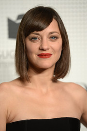 Marion Cotillard chose a deep red color for her lips.