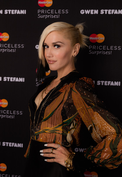 Gwen Stefani accessorized with a load of gold bangles for a MasterCard event.