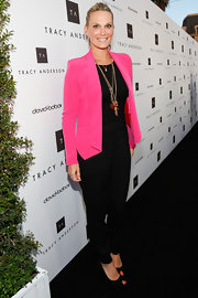 Molly Sims chose a fuchsia blazer to add some color to her all-black red carpet look.