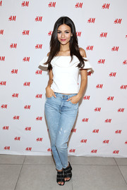 Victoria Justice's distressed jeans provided an edgy contrast to her feminine top.