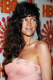 Paz de la Huerta's crystal chandelier earrings at the Emmys were so pretty we could almost ignore the gray lipstick.