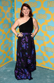 Kate Flannery struck a pose on the HBO Golden Globes blue carpet wearing a one-shoulder gown with a shimmery floral skirt.