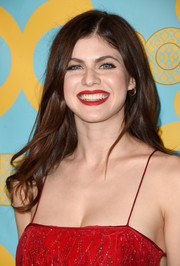 Alexandra Daddario wore her hair loose with subtle waves for the HBO Golden Globes party.