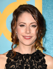 Amanda Crew pinned her hair up into a lovely loose updo for the HBO Golden Globes party.