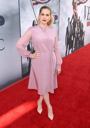 Anna Chlumsky chose a simple and classic lilac button-front midi dress for the 'Veep' FYC event.