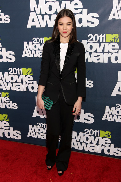 Hailee Steinfeld Box Clutch [red carpet,clothing,red carpet,carpet,suit,outerwear,premiere,flooring,blazer,pantsuit,formal wear,hailee steinfeld,mtv movie awards,universal city,california,gibson amphitheatre,universal studios,2011 mtv movie awards]