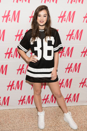 Hailee Steinfeld completed her look with a pair of white hi-top sneakers.