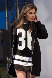 Hailee Steinfeld performed during the H&M Sundance Square store opening wearing a black zip-up jacket over an oversized tee.