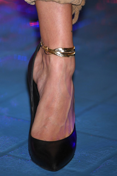 Hailey Bieber Anklet Bracelet [footwear,high heels,ankle,leg,shoe,fashion,anklet,joint,human leg,haute couture,shoe,hailey baldwin,tommy hilfiger,photocall,photocall,shoe detail,model,fashion,ankle,tommy hilfiger presents tokyo icons,tommy hilfiger,shoe,model,cargo pants,fashion,high-heeled shoe,runway,shorts]