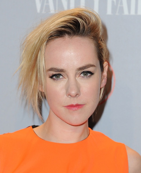 Jena Malone's pink lipstick made a nice contrast to her orange outfit at the Vanity Fair Young Hollywood party.