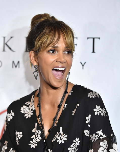 Halle Berry Geommetric Earrings [cocktail party,jenesse center - arrivals,hair,hairstyle,blond,lip,smile,long hair,premiere,brown hair,ear,eyelash,jenesse center,california,los angeles,wilshire country club,halle berry]