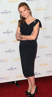 Lea Thompson paired her black fitted dress with black satin peep-toe pumps.