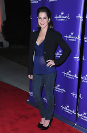 Kelly Monaco paired her casual red carpet attire with classy black leather pumps.