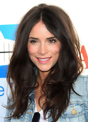 Abigail Spencer wore her voluminous tresses in tousled layers.