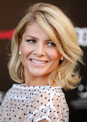 Natalie Bassingthwaighte wore a retro-chic wavy hairstyle to the Sydney screening of 'In the Heart of the Sea.'