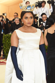 Mindy Kaling paired navy opera gloves with a white gown for her regal look during the 2018 Met Gala.
