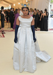 Mindy Kaling went for vintage elegance in a sleeveless white Vassilis Zoulias gown, which she accessorized with a pair of midnight-blue opera gloves, at the 2018 Met Gala.