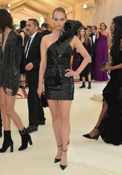 Amber Valletta looked fierce in a shimmering Saint Laurent LBD with a single sculptural shoulder strap at the 2018 Met Gala.