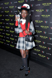 For her bag, Lupita Nyong'o chose a simple black leather purse.