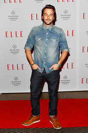 Darren McMullen chose a classic Western-style denim top for his casual red carpet look.