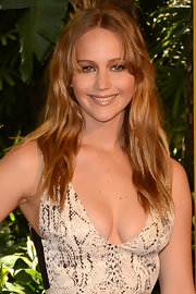 Jennifer parted her bangs and gave her tresses a slight crimp for this beachy style.