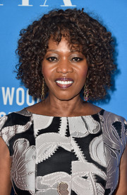 Alfre Woodard sported a short curly hairstyle at the HFPA Grants Banquet.