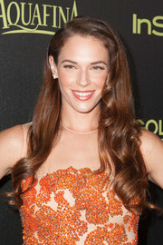 Amanda Righetti left her long hair down with sculpted spiral waves for the Golden Globe Award season celebration.