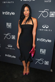 Susan Kelechi Watson styled her sexy dress with metallic pink pumps and a matching clutch.