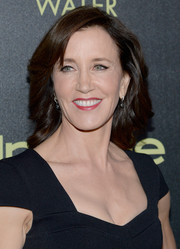 Felicity Huffman wore her hair in a sophisticated side-part with sweeping curls.