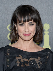 Constance Zimmer styled her hair in a short wavy cut with fringe bangs.