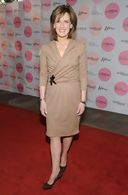 Anne dons a nude wrap dress for this simple on carpet ensemble.