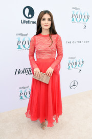 Shiri Appleby paired her lovely dress with a beige box clutch by Rubeus Milano.