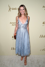 Jennifer Nettles paired her lovely dress with bowed blush sandals by Olgana Paris.