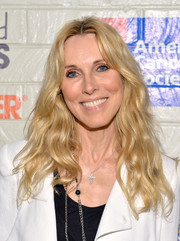 Alana Stewart attended the Hollywood Stands Up to Cancer event wearing boho-chic center-parted waves.