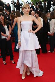Suki Waterhouse oozed femininity in a lilac Christian Dior strapless gown, featuring a tiered skirt with a high-low hem, during the premiere of 'The Homesman.'