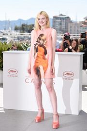 Elle Fanning matched her dress with a pair of pink platform pumps, also by Prada.