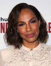 Amanda Brugel opted for a wavy bob when she attended the 'Handmaid's Tale' FYC event.