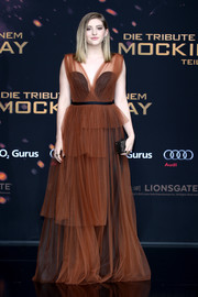 Willow Shields exuded a gothic-romantic aura in a tiered brown gown with a black underlay at the 'Hunger Games: Mockingjay - Part 2' world premiere.