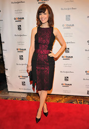 Rosemarie Dewitt looked polished and sassy in this fitted cocktail dress with a fuchsia snakeskin accent.
