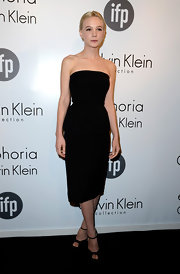 Carey Mulligan kept is classic and chic with a strapless black dress.