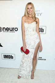 For a pop of color, Petra Nemcova accessorized with a red Rossoyuki clutch.