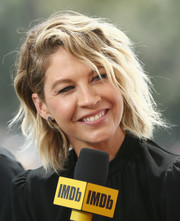 Jenna Elfman wore her hair in messy waves at the #IMDboat at San Diego Comic-Con 2018.