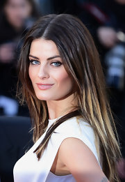 Isabeli Fontana blurred the lines of brunette and blonde with this summery ombre 'do.